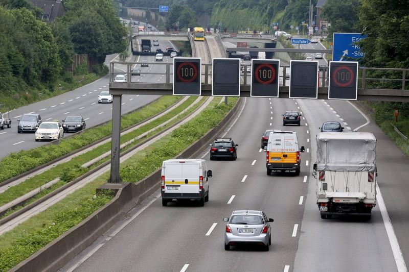 Da das Rechtsfahrgebot gilt, fragen sich viele, ob das ständige Blockieren der Mittelspur auf der Autobahn rechtens ist.
