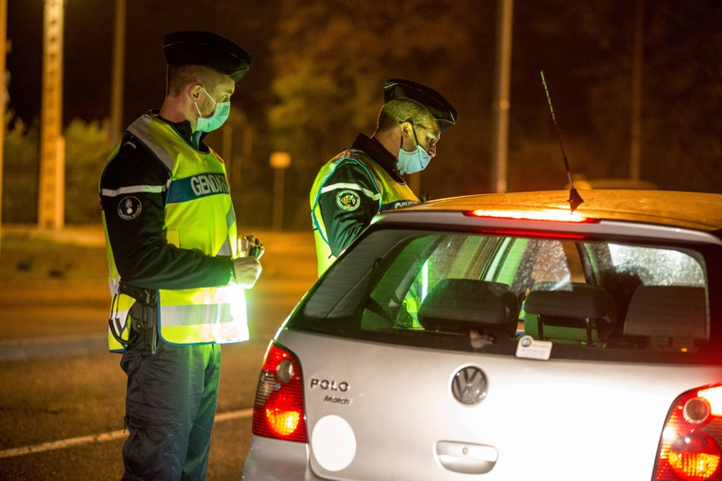 Die Polizei hält ein zu langsam fahrendes Fahrzeug auch mal an.