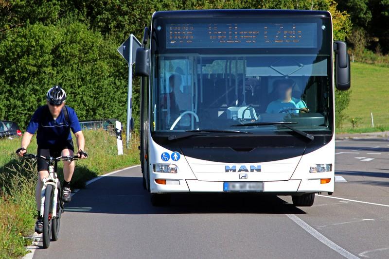 Ein Bus darf vorsichtig überholt werden, wenn er steht