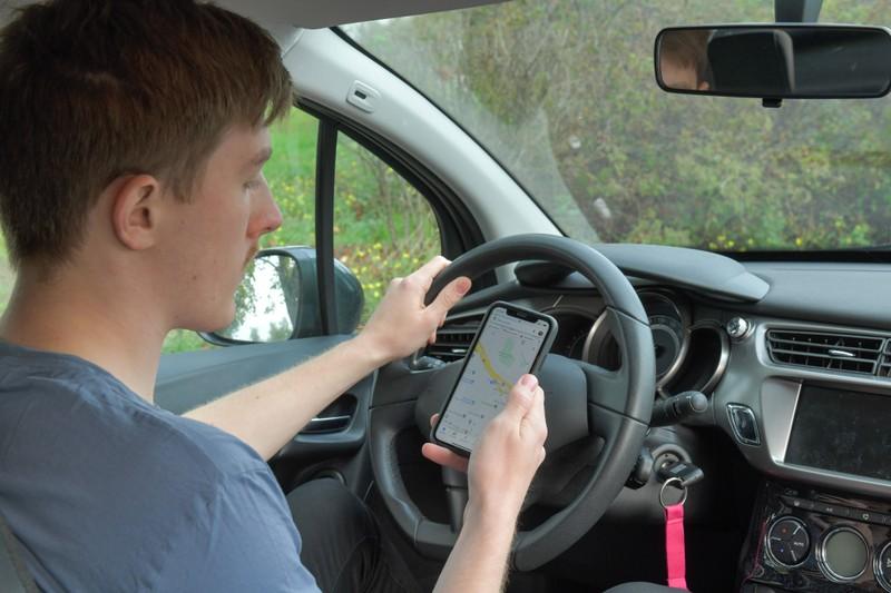 Es ist falsch, zu denken, dass Handys im Auto erlaubt sind, wenn man fährt.