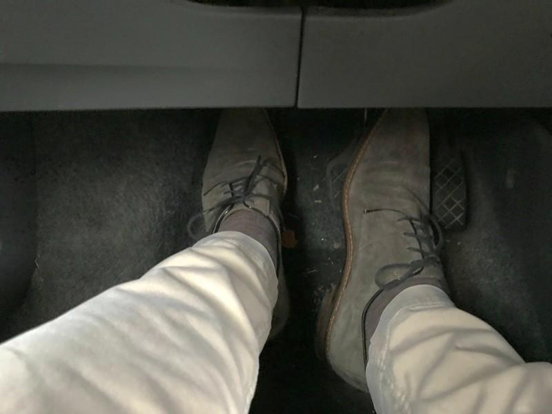 Es ist nicht ganz klar, ob festes Schuhwerk beim Fahren eines Autos Pflicht ist oder ob man auch Sandalen tragen darf