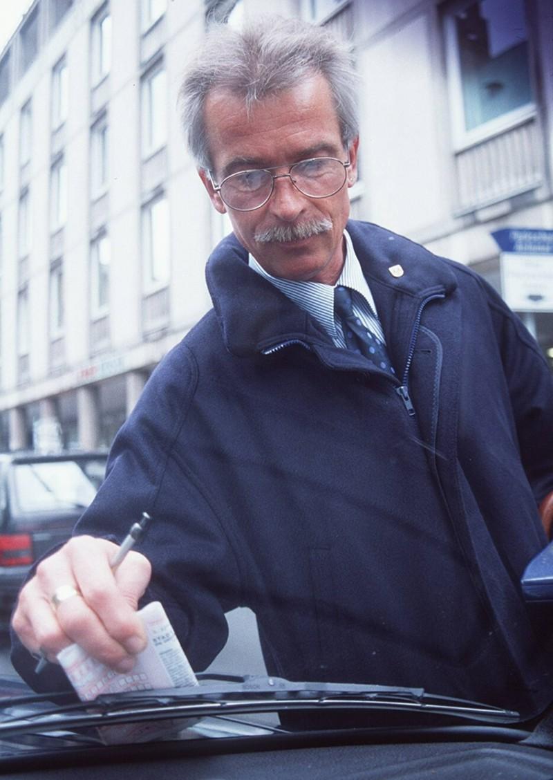 Es reicht nicht, nur seine Kontaktdaten auf einen Zettel zu schreiben, wenn man ein anderes Auto gestreift hat.