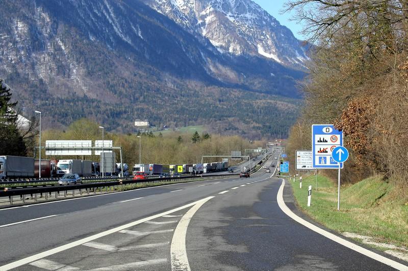 Manche Autofahrer*innen glauben, dass bei der Auffahrt auf die Autobahn das Reißverschlussverfahren gilt
