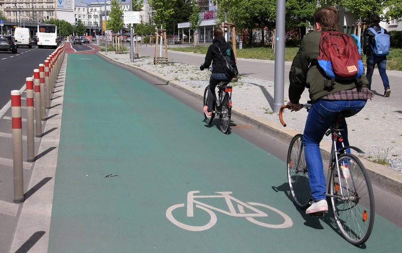 Radfahrer*innen dürfen teilweise entscheiden, welche Fahrbahn sie nutzen.