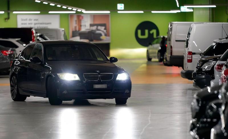 Welches Auto zuerst einparkt, kriegt den Parkplatz - reservieren ist verboten.