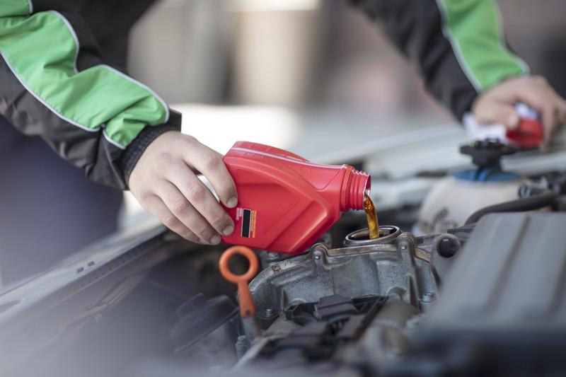 Es gibt unterschiedliche Wege, herauszufinden, wann ein Ölwechsel am Auto fällig ist