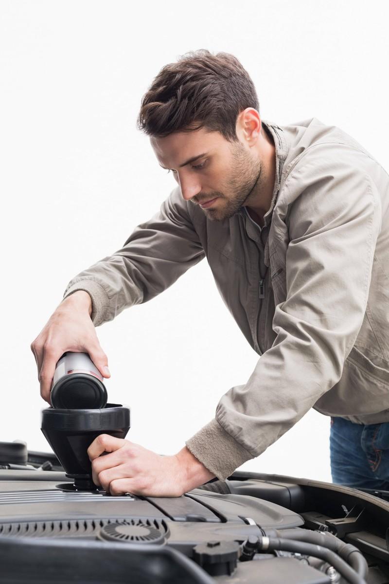 Man braucht einiges an Werkzeugen, um den Ölwechsel selbst vorzunehmen, um Geld sparen zu können
