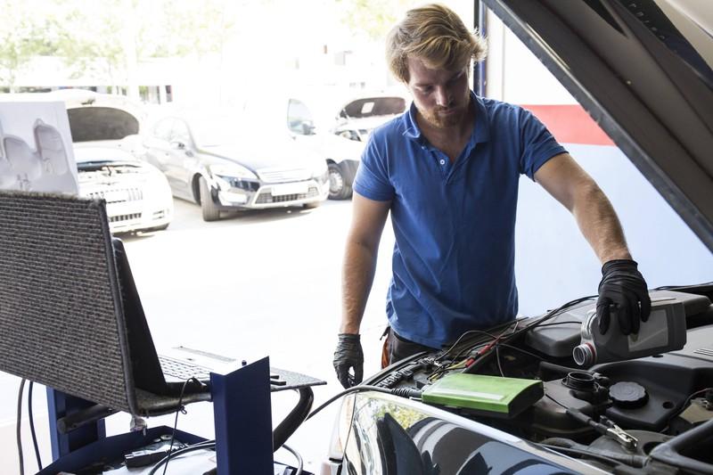 Wenn man selbst den Ölwechsel vornimmt, statt eine Werkstatt, kann man viel Geld sparen