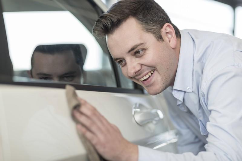 Dieser Mann scheint regelrecht in sein neues Auto verliebt zu sein.