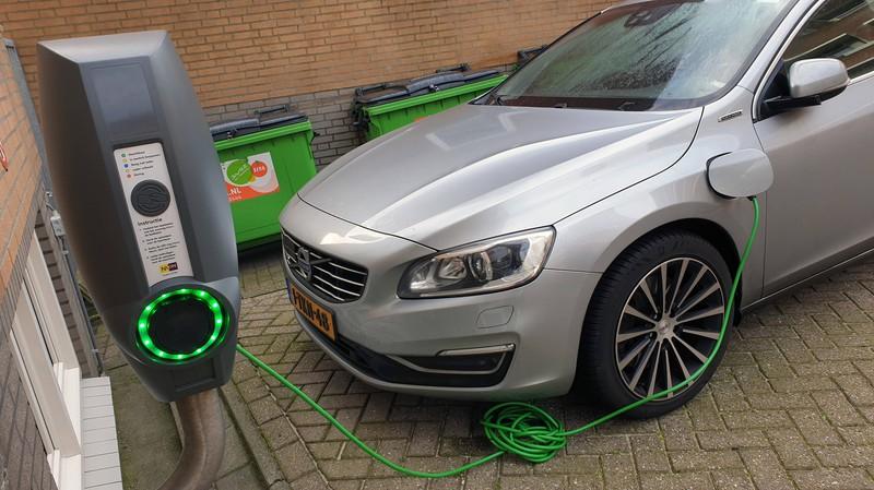 Nicht überall kann man ein Elektroauto wie auf dem Bild laden.