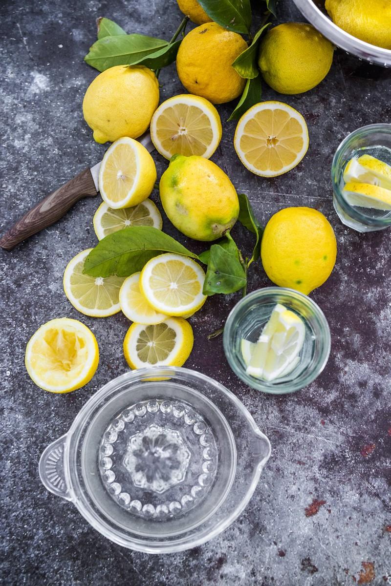 Zitronensaft kann gegen Flecken auf Sitzpolstern helfen