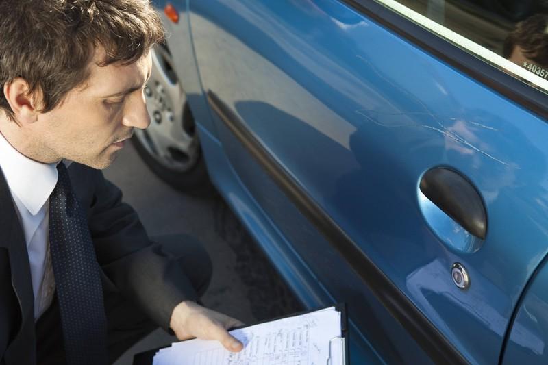 Beim Autokauf sollte man vor dem Kauf unbedingt alle möglichen Schäden am Auto abchecken