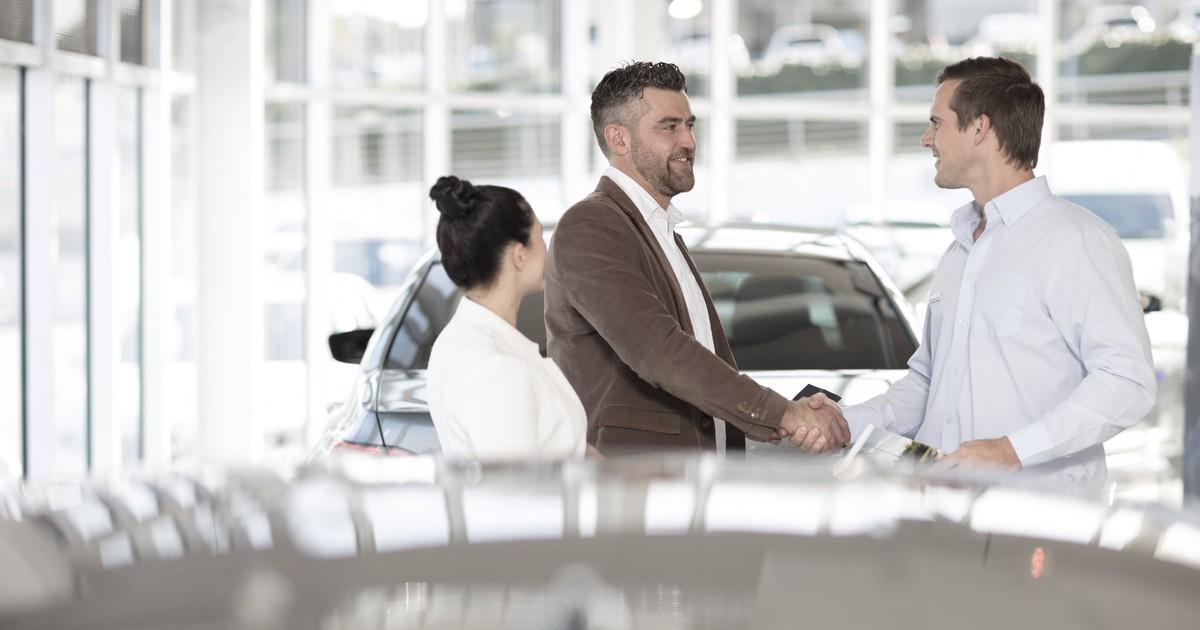 5 Dinge, die beim Autokauf auf deiner Checkliste stehen sollten