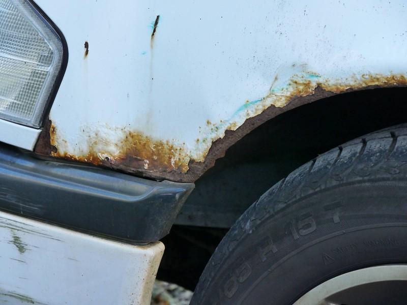Rost am Auto wird gerne einfach nur mit Lack übersprüht
