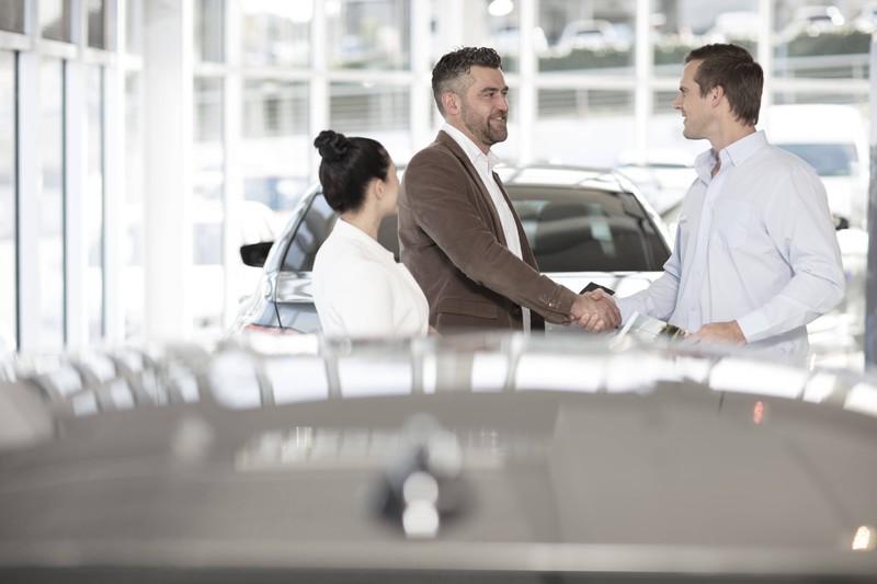 Zwei Käufer sehen beim Autokauf mehr als nur einer
