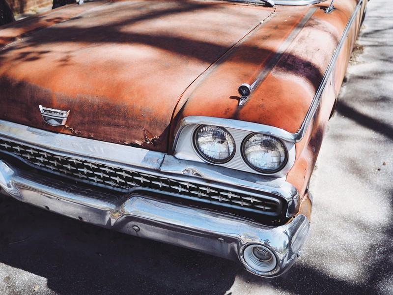 Hartnäckige Stellen am Auto sollte man am Besten von erfahrenen Hobbybastlern entfernen lassen.