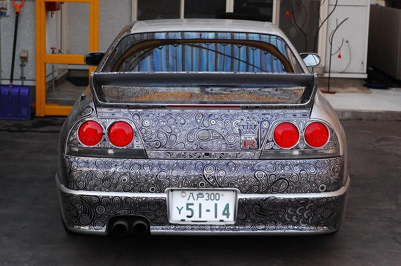 Die vielen kleinen Striche der Dame ergeben letztlich ein Kunstwerk, dass es kein zweites Mal geben wird, zumindest nicht auf einem Auto.