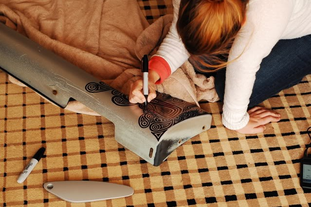 Manche Kratzer lassen sich einfach mit einem Stift bzw. einer kreativen Gestaltung überdecken, zumindest wenn es eine Frau gibt, die dazu Lust hat.