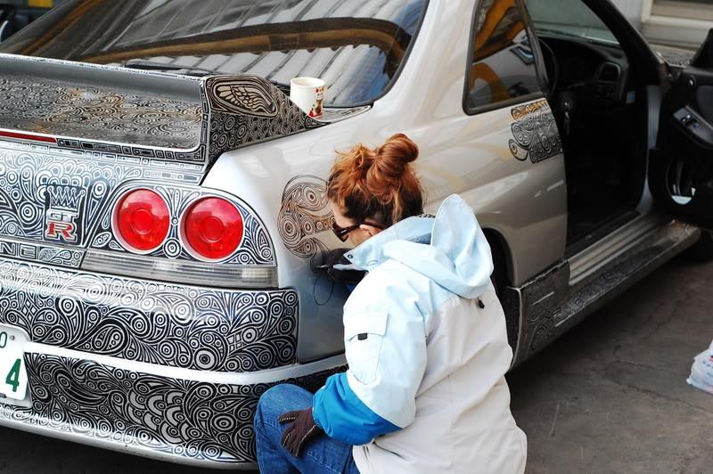 Unglaublich, was die Dame mit einem Filzstift für ein beeindruckendes Auto hinbekommen hat.