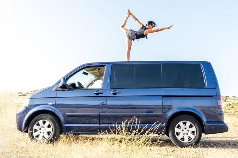Bei langen Autofahrten ist es wichtig, häufige Pausen einzulegen.