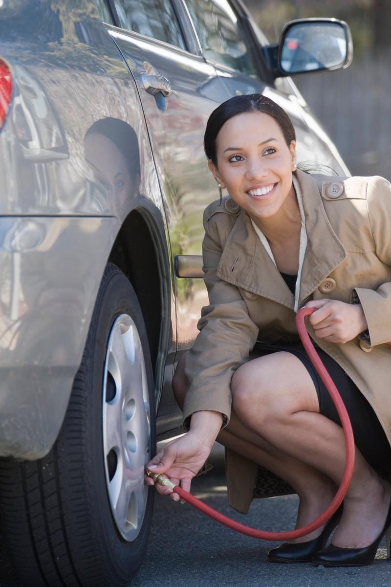 Der Reifendruck sollte besonders im Sommer überprüft werden.