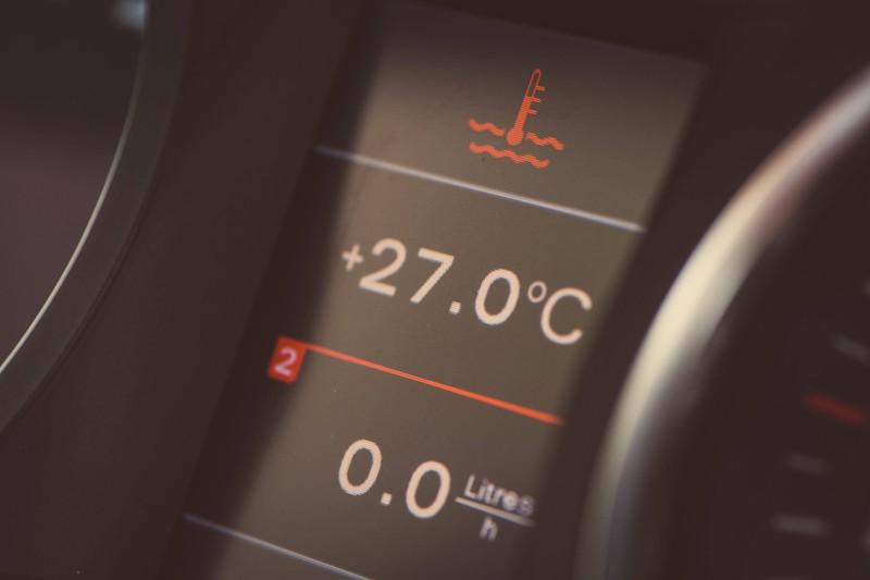 Ein Foto von der Anzeige im Auto, die eine hohe Temperatur und Hitze anzeigt