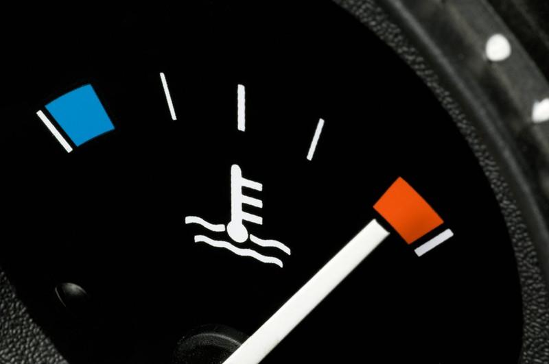 Das Kühlwasser sollte im Sommer im Auto besonders beobachtet werden.