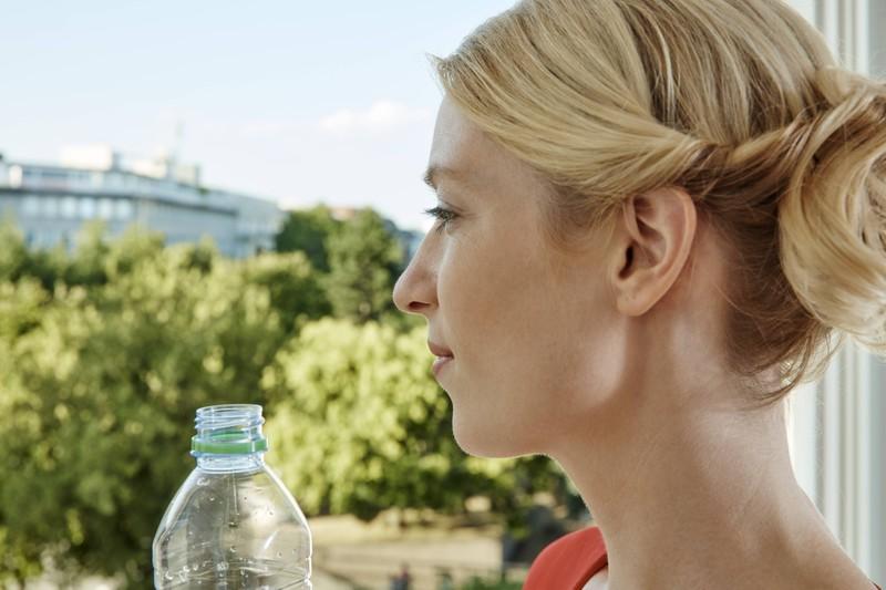 Plastikflaschen sollte man im Sommer nie im Auto lassen.