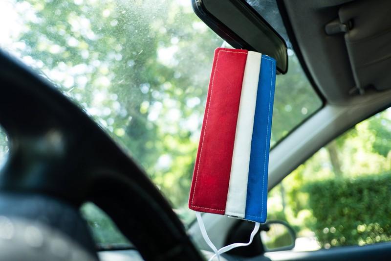 Masken sollten nicht an den Rückspiegel eines Autos gehängt werden.