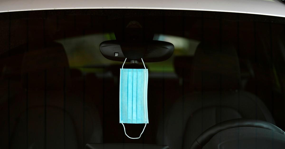 Darf ich meine Maske an den Rückspiegel im Auto hängen?