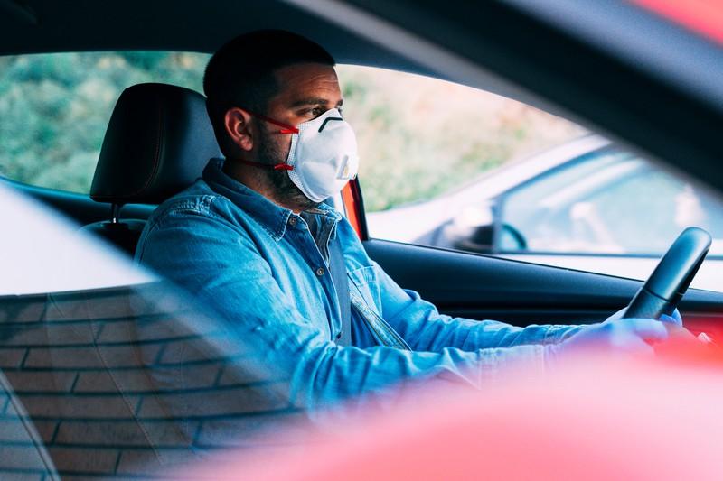 Es gibt kaum gesonderte Regeln für das Verhalten im Auto während der Corona Zeit.