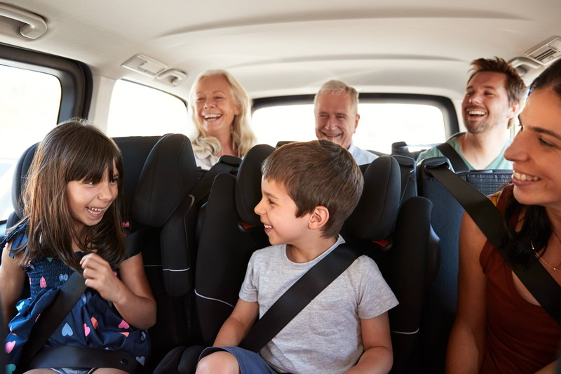 Für viele Menschen ist es unklar, wie viele Personen während der Corona Pandemie in einem Auto fahren dürfen.