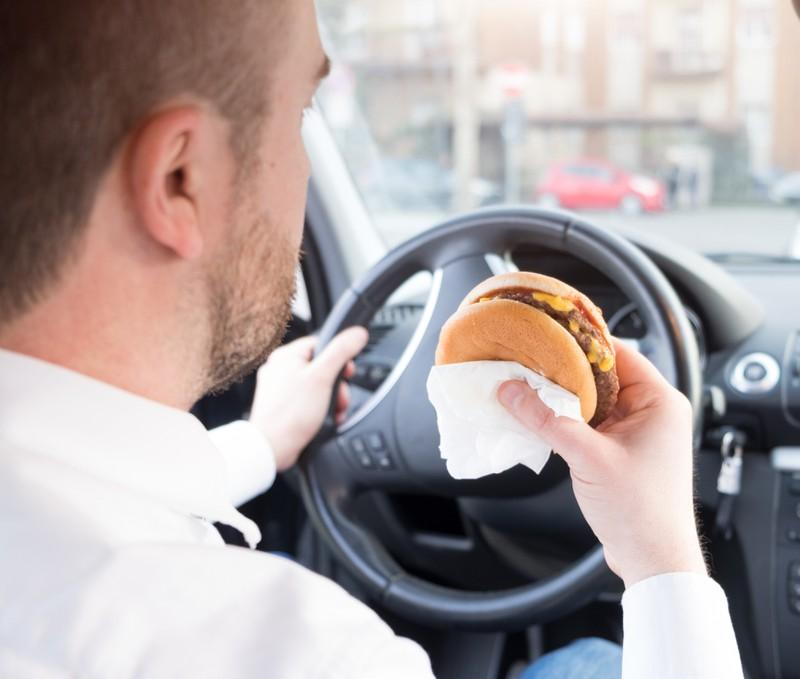 Man darf als Fahrer rechtlich essen oder trinken.