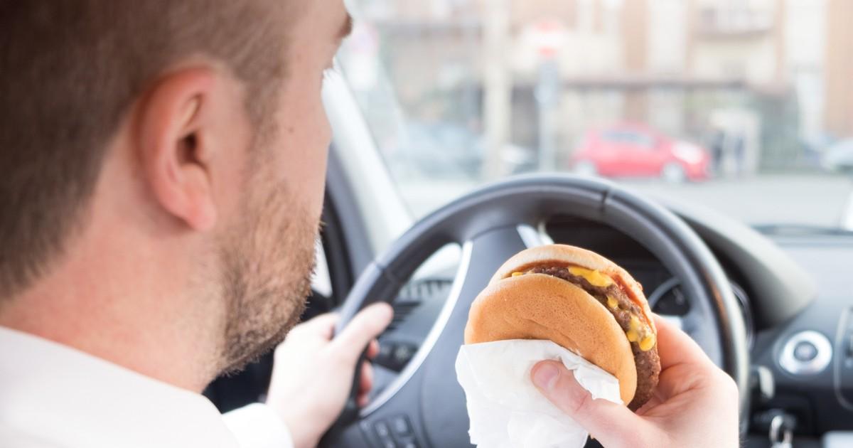Darf man beim Autofahren essen?