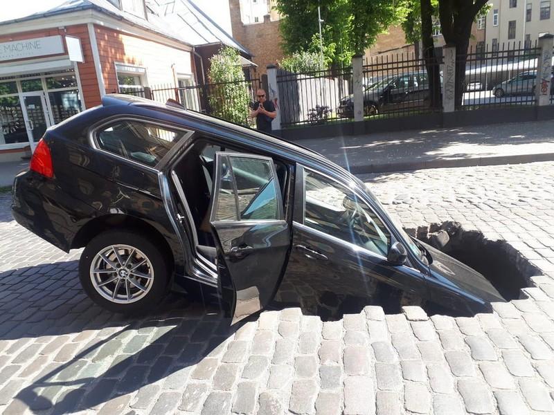 Dieses Auto ist wortwörtlich im Boden versunken