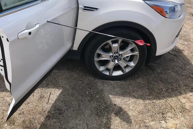 Ein Pfeil hat sich in die Tür dieses Autos verirrt.