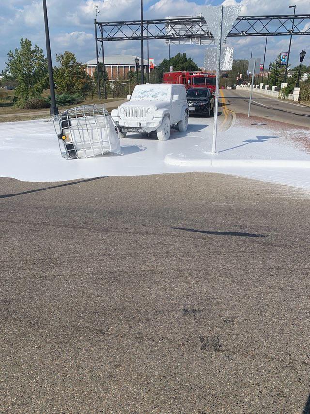 Was für ein Fail: Dieser Jeep wurde komplett mit weißer Farbe überschüttet