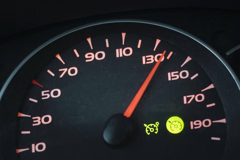 Auto hat 130 Kmh auf dem Tacho