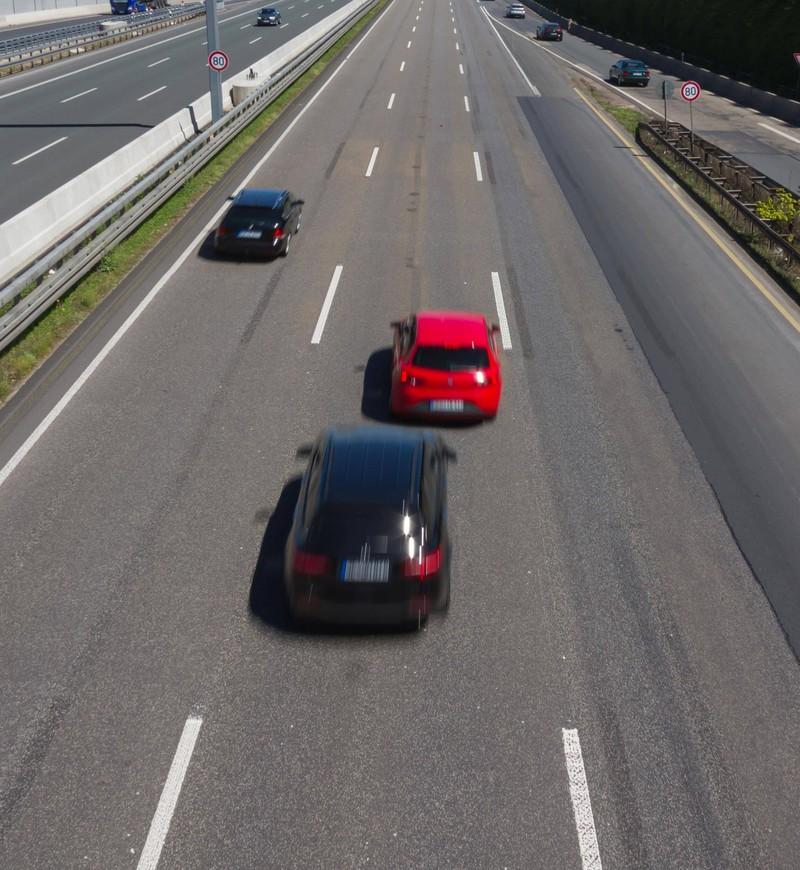 Ein Auto fährt nicht rechts, obwohl die rechte Spur frei ist