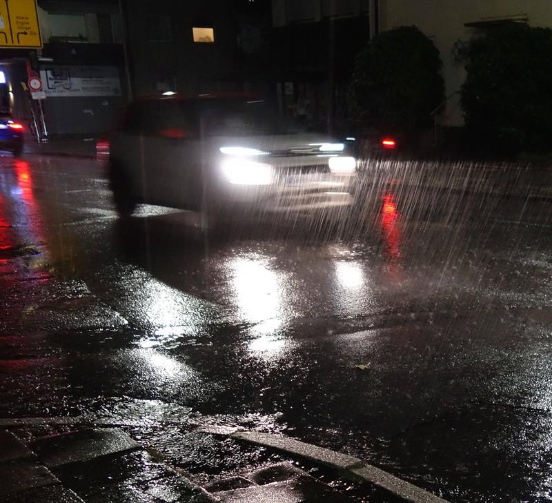 Ein Autofahrer macht im Dunkeln das Fernlicht an