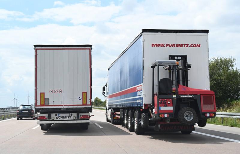 Ein LKW überholt einen anderen LKW