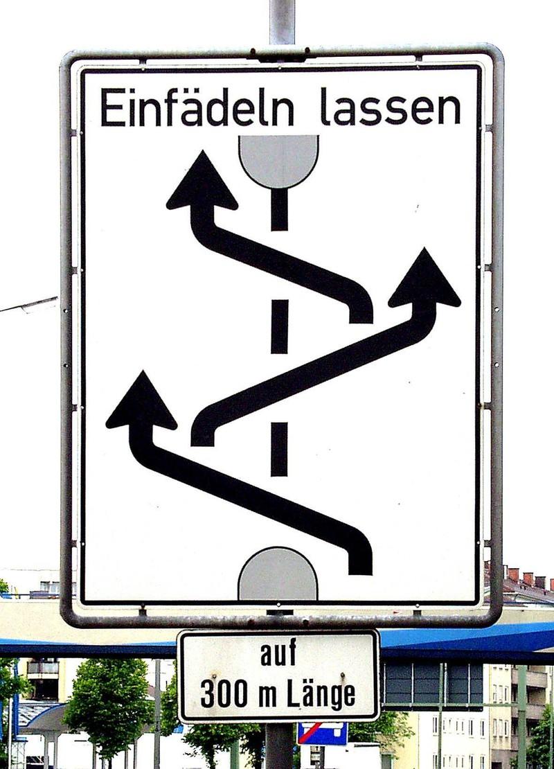 Ein Schild bittet um Reißverschlussverfahren