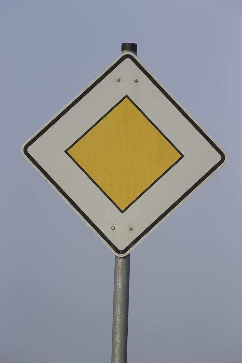Ein Vorfahrtsschild: Einige Autofahrer achten nicht darauf