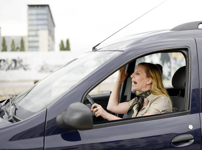 Eine Autofahrerin wird wütend, weil ein anderes Auto so langsam fährt