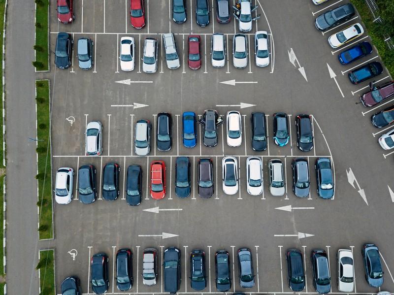 Zwei Parkplätze für ein Auto nutzen, ist gemein