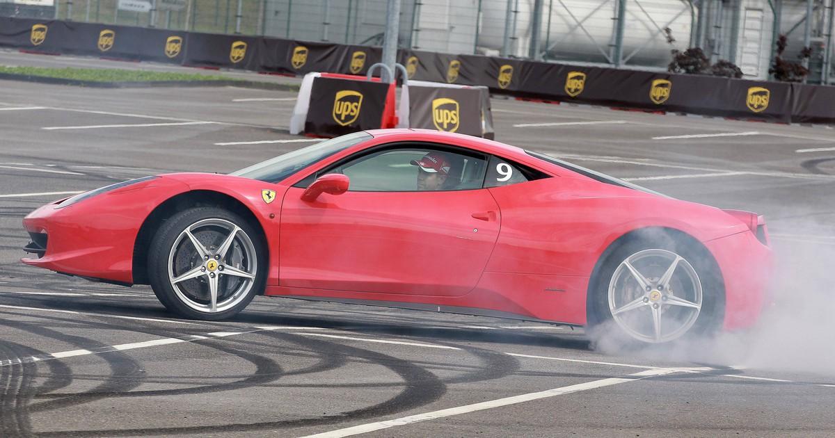 Frau mietet Ferrari und schrottet ihn kurze Zeit später