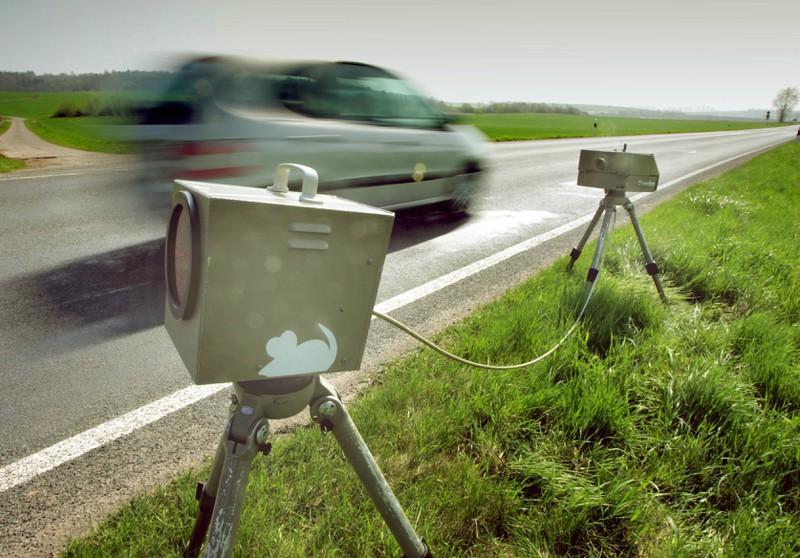 Ein Blitzgerät fotografiert einen Raser