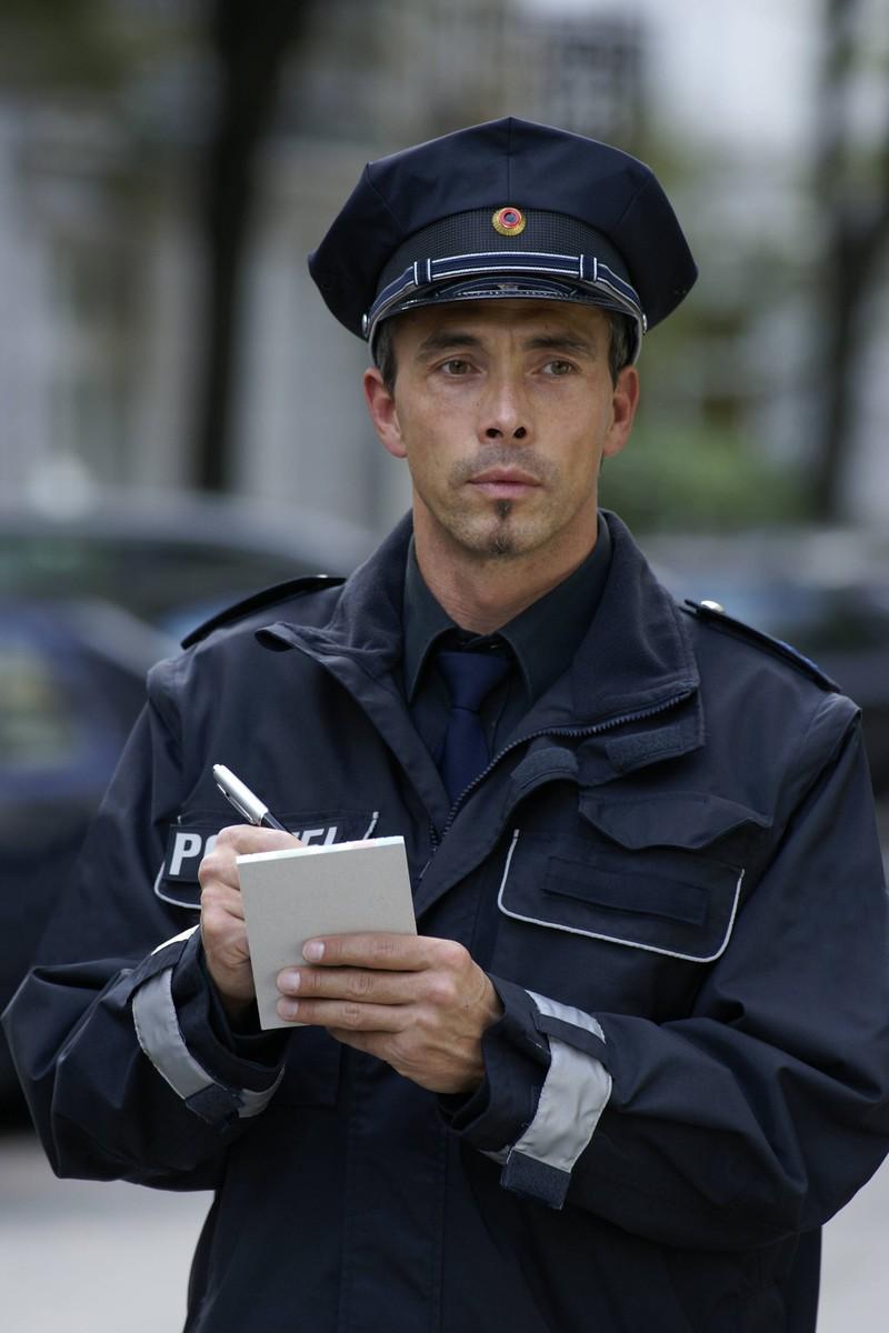 Ein Polizist schreibt einem Raser einen Strafzettel