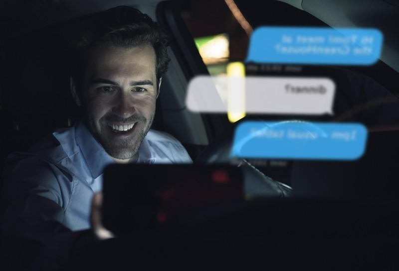 Der neuartige Blitzer erkennt die Handynutzung am Steuer und löst dann aus.