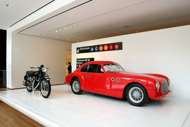 Ein modischer Sportwagen in rot